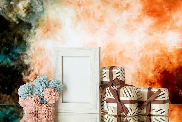 Vue de face cadeaux saint valentin cadre photo blanc réfléchi sur miroir