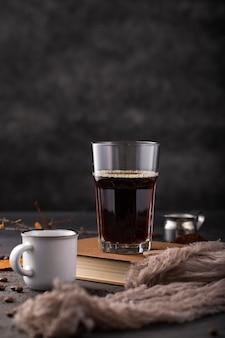 Vue de face café en verre sur livre