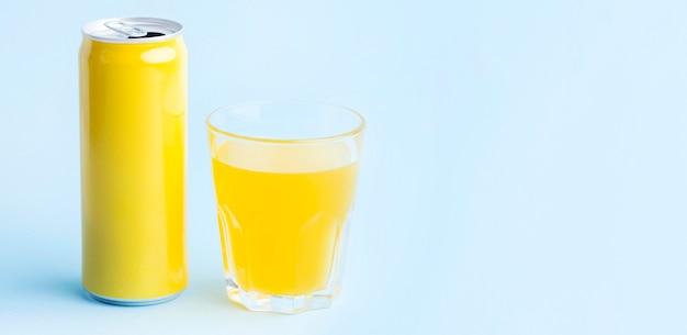 Vue de face de la canette de boisson gazeuse avec espace copie