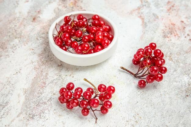 Vue de face canneberges rouges sur table blanche fruits rouges frais de baies