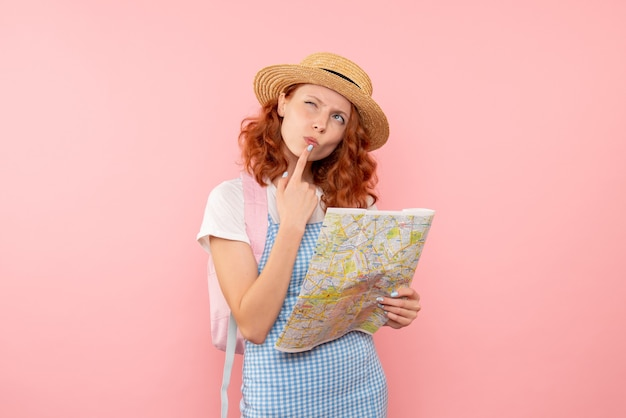 Vue de face de la carte d'exploration touristique féminine essayant de trouver une direction dans une ville étrangère