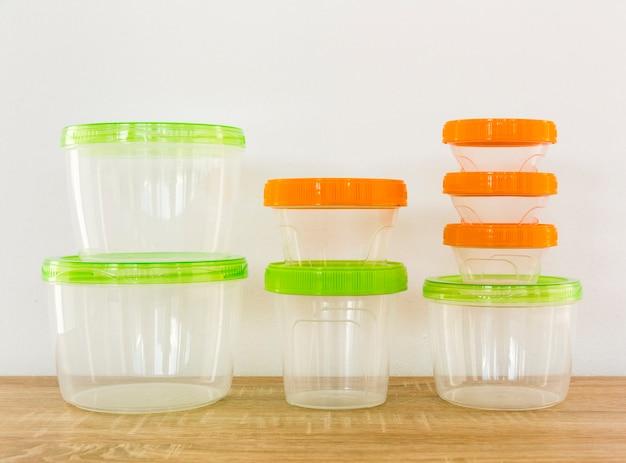 Vue de face des casseroles en plastique