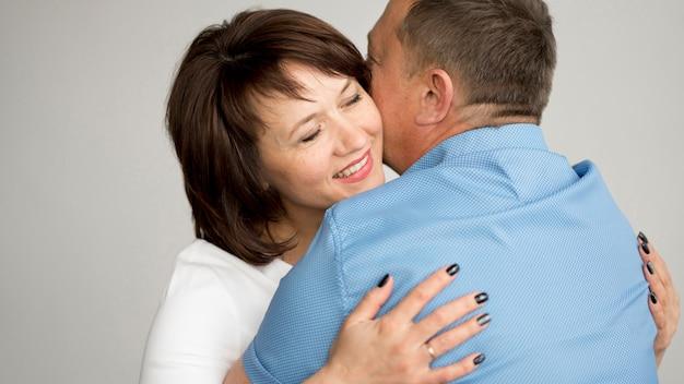 Vue de face de la charmante femme et mari