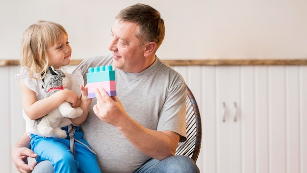 Vue de face de la charmante petite-fille et grand-père
