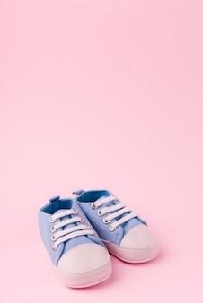 Vue de face de chaussures de bébé