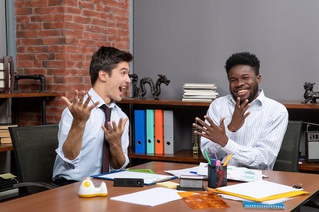 Vue de face des chefs d'entreprise heureux travaillant ensemble