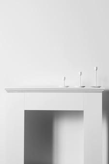 Vue de face de la cheminée avec des bougies pour hanoucca