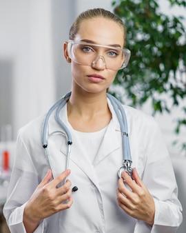 Vue de face de la chercheuse avec stéthoscope