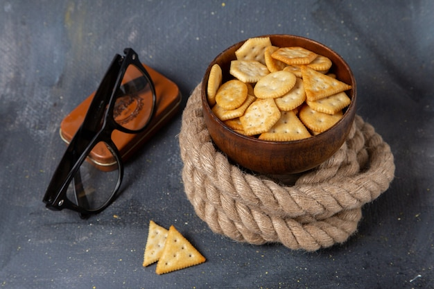 Vue de face des chips et des craquelins avec des cordes et des lunettes de soleil