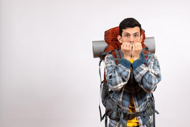 Vue de face choqué jeune voyageur avec sac à dos