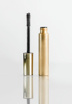 Vue de face cils mascara tube doré avec pinceau de maquillage