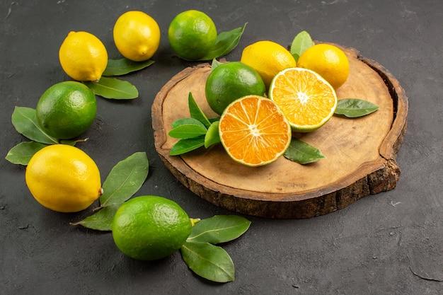 Vue de face citrons aigres frais sur fond sombre