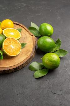 Vue de face de citrons frais sur le fond sombre