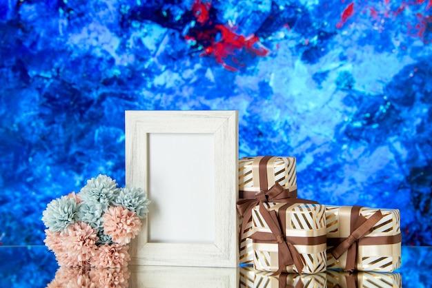 Vue de face des coffrets cadeaux de la saint-valentin fleurs cadre photo blanc réfléchi sur miroir
