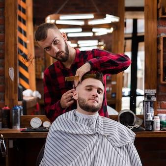 Vue de face de coiffeur mesurant les cheveux