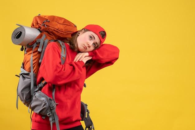 Vue de face en colère voyageuse avec sac à dos