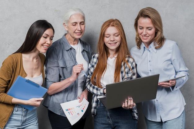 Vue de face communauté de femmes planifiant ensemble