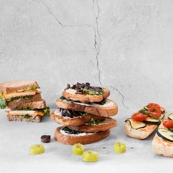 Vue de face de la composition de délicieux sandwichs