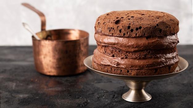 Vue de face de la composition du gâteau au chocolat