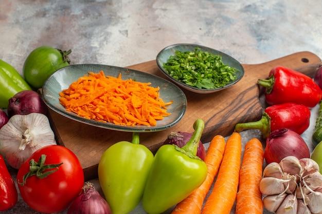 Vue de face composition de légumes frais sur fond blanc couleur de repas vie saine alimentation mûre