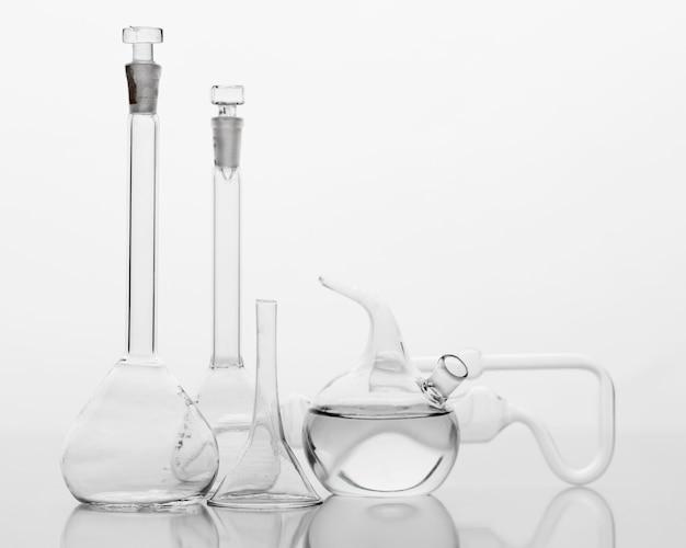 Vue de face de la composition des produits chimiques en laboratoire avec espace de copie