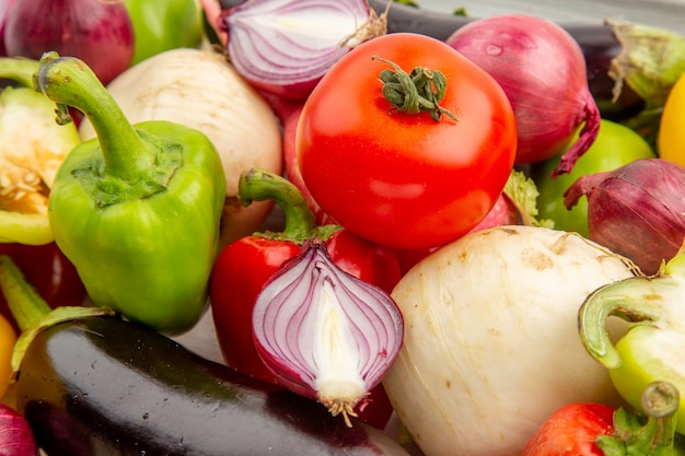 Vue de face composition végétale sur fond blanc photo légume poivre mûr vie saine couleur salade repas