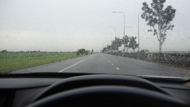 Vue de face en conduisant sur l'autoroute. sous de fortes pluies et des tempêtes.