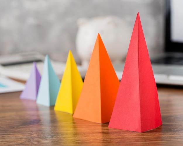 Vue de face des cônes de croissance multicolores