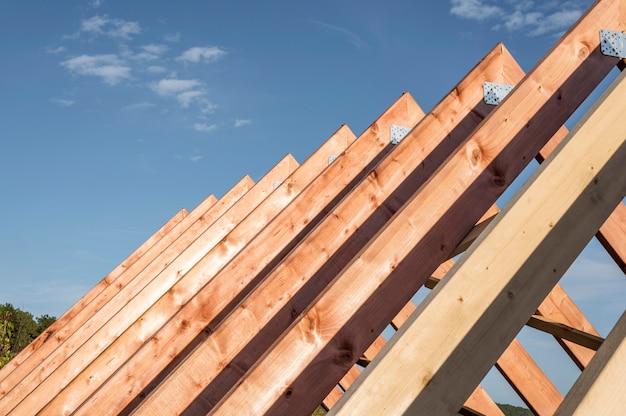 Vue de face de la construction d'un toit à la lumière du jour