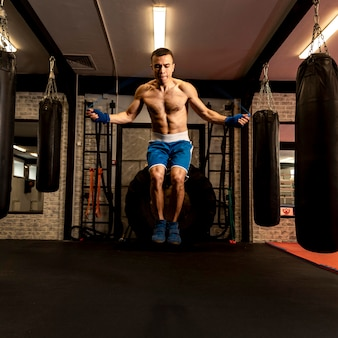 Vue de face de la corde à sauter boxer mâle