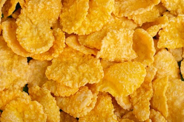 Une vue de face des cornflakes jaunes chips sucrés au miel petit déjeuner santé céréales isolées