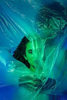 Vue de face couple avec feuille plastique