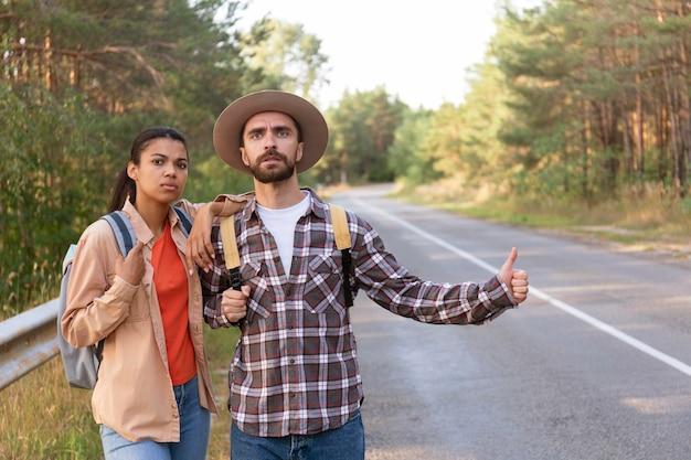 Vue de face couple frustré de ne pas avoir un tour