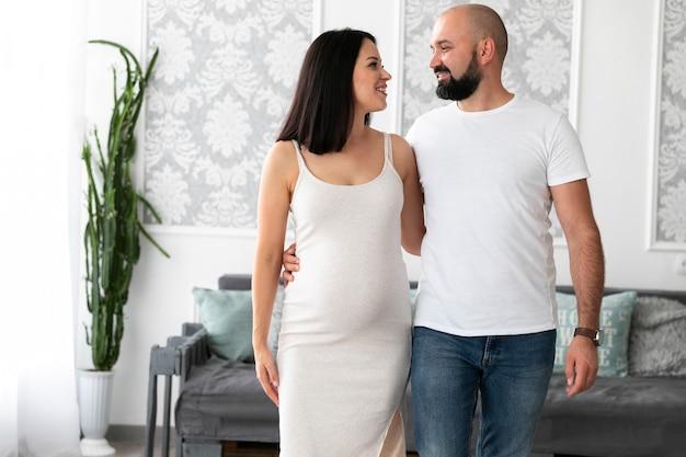 Vue de face couple heureux attend leur bébé