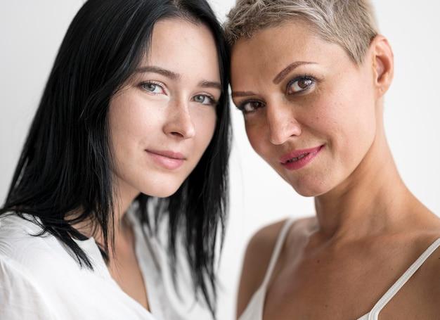 Vue de face couple de lesbiennes