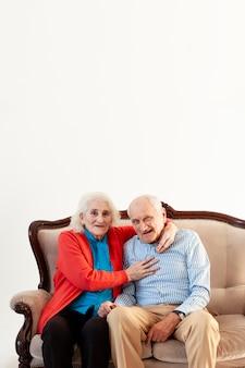 Vue de face couple de personnes âgées ensemble