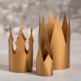 Vue de face couronnes dorées
