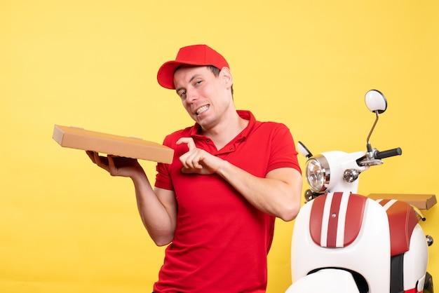 Vue de face courrier mâle tenant une boîte à pizza sur le service de couleur de vélo uniforme de travailleur de livraison de travail jaune
