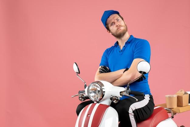 Vue de face coursier masculin en uniforme bleu sur la livraison de vélo de nourriture de couleur rose travail de restauration rapide