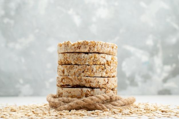 Vue de face craquelins ronds savoureux et séchés sur blanc, biscuit craquelin croustillant