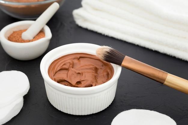 Vue de face de la crème de bain avec brosse