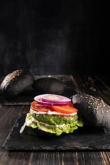 Vue de face délicieuse composition de hamburger