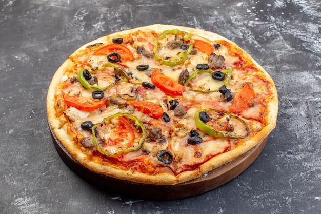 Vue de face délicieuse pizza au fromage sur une surface grise