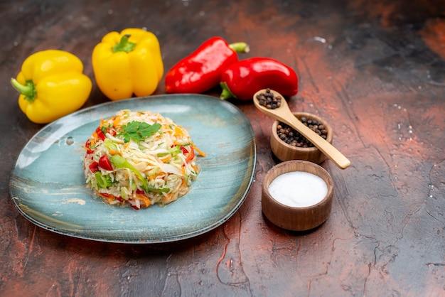 Vue de face délicieuse salade de légumes avec des poivrons frais sur de la nourriture de repas photo de vie saine de couleur sombre