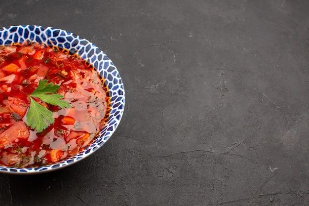 Vue de face délicieuse soupe de betterave ukrainienne bortsch sur l'espace sombre