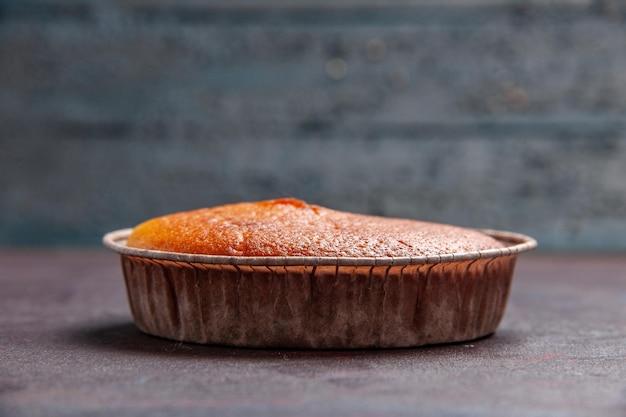 Vue de face délicieuse tarte ronde douce cuire au four sur le fond sombre pâte à biscuits gâteau à tarte sucre thé sucré