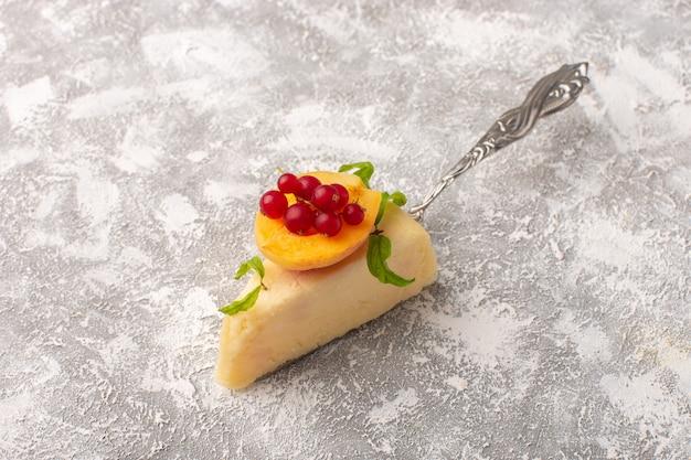 Vue de face d'une délicieuse tranche de gâteau avec une tranche d'abricot sur la surface claire