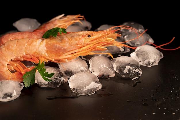Vue de face de délicieuses crevettes