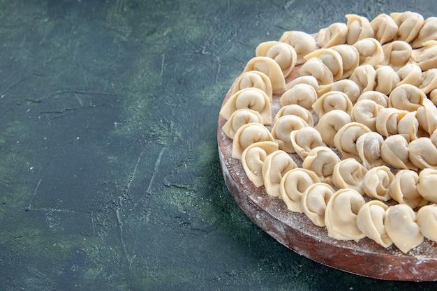 Vue de face de délicieuses petites boulettes sur une surface bleu foncé