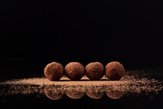 Vue de face de délicieuses truffes